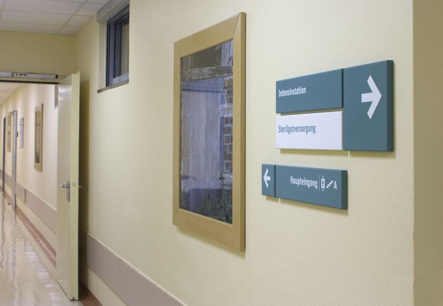 richtungsweisendes Orientierungselement im Klinikflur