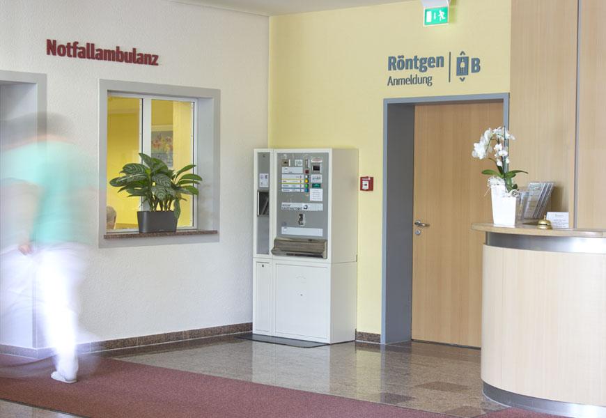 Orientierung im Foyer der Klinik
